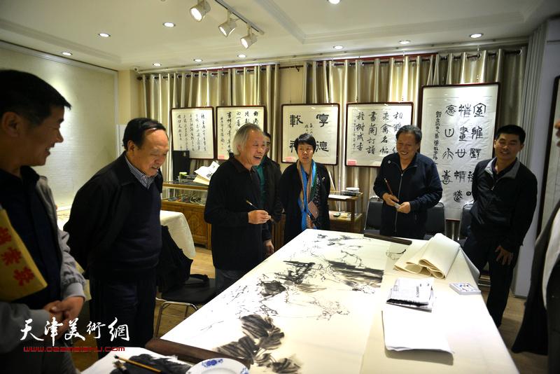 天津书画家在邢台画院与当地书画家联谊。