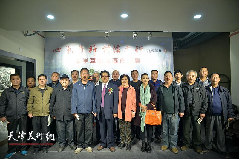 曲学真偕夫人陈玉梅与家乡的父老乡亲在画展现场。