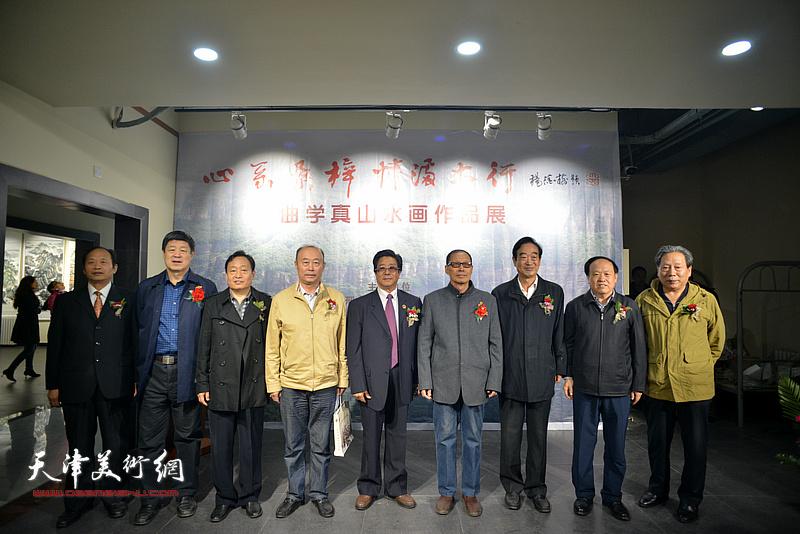 曲学真、霍然与邢台市的领导李世文、周国江、齐耀增、赵庆钢、鞠朝武、盖凤安等在画展现场。