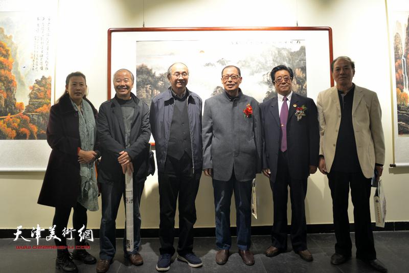 曲学真与李世文、李智纲、姚卫国等在画展现场。