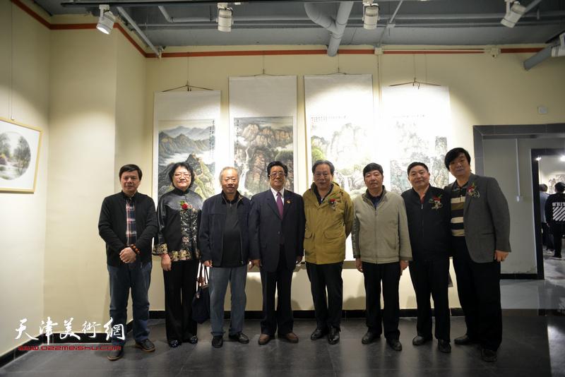 左起:李根友、刘正、王金厚、曲学真、霍然、王惠民、杨海清、翟洪涛在画展现场。
