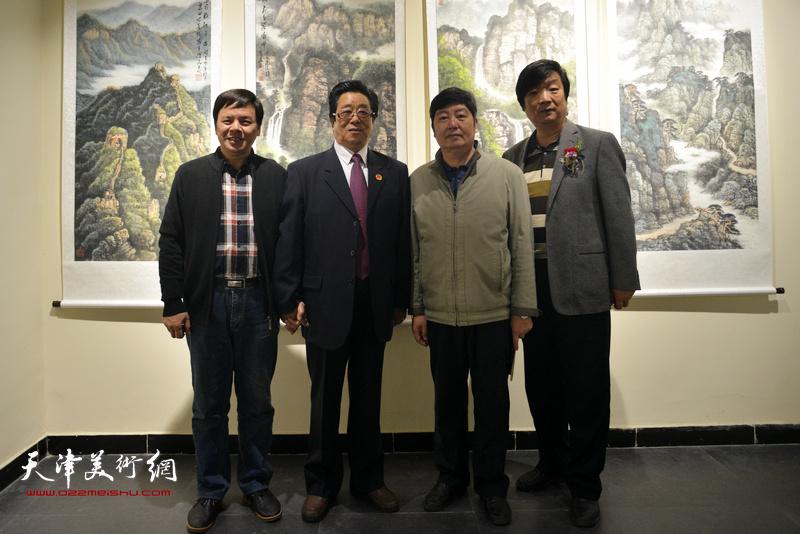曲学真与王惠民、李根友、翟洪涛在画展现场。