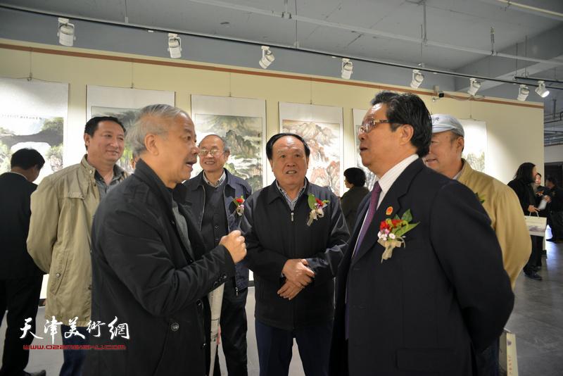 曲学真与周国江、赵庆钢、李智纲、姚卫国在画展现场交流。