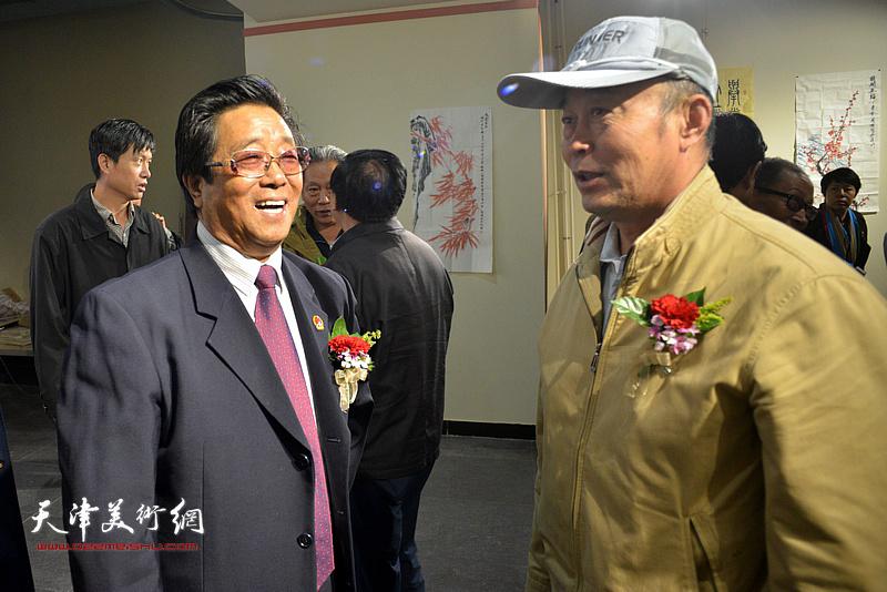 曲学真与赵庆钢在画展现场交流。