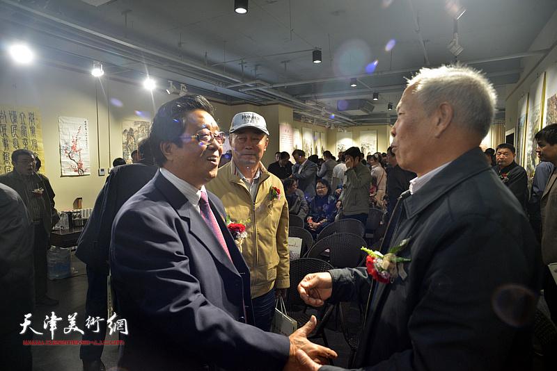 曲学真与赵庆钢等来宾在画展现场交流。