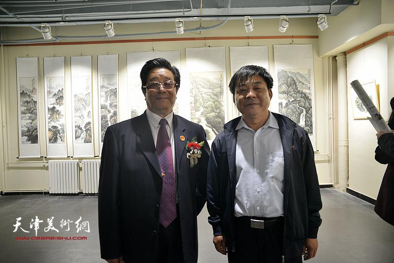 曲学真与赵炳旭在画展现场。