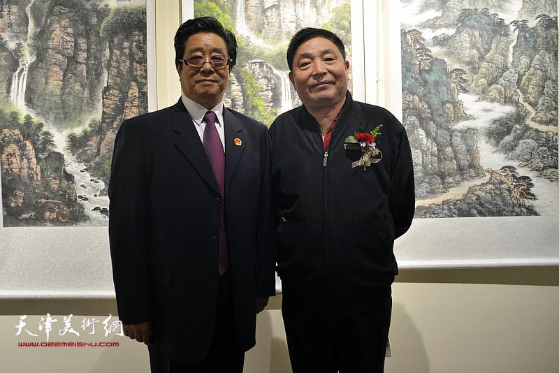 曲学真与杨海清在画展现场。