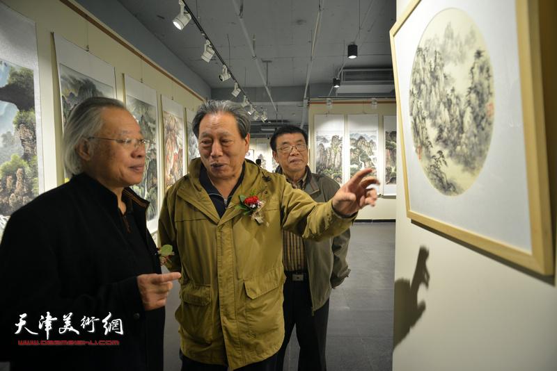 霍然、王金厚、李双林在观赏展出的作品。