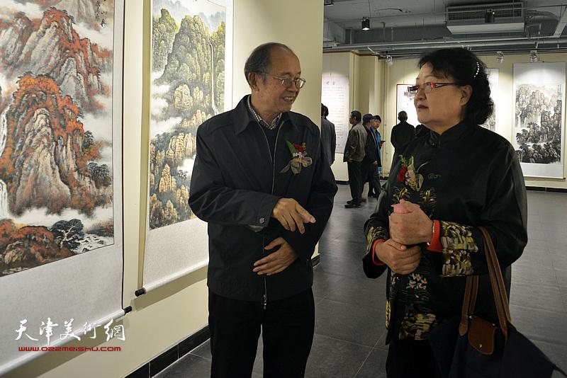李智纲、刘正在画展现场交流。