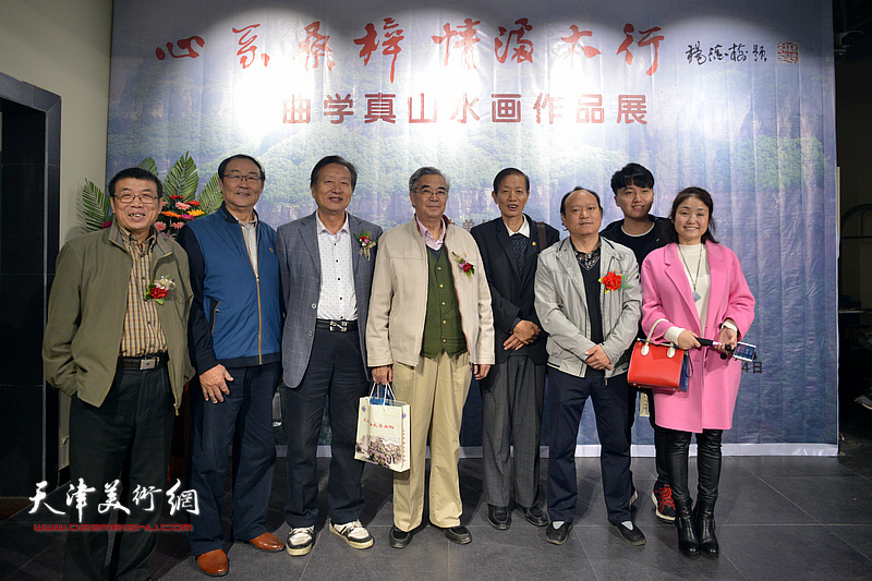 刘家城、张建国、李双林、邱贵杨在画展现场。
