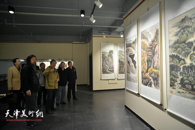 霍然、王金厚、梁旭华、杨海清、马宝金在观赏展出的作品。