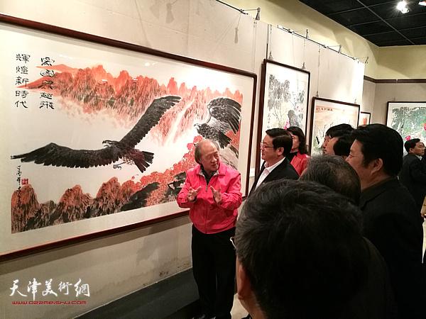 王书平陪同各级领导观赏展出的作品。