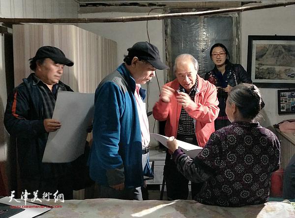 王书平带领了天津的画家们走进迁安的乡间和农户开展文化下乡美术进万家,将艺术真正送到人民群众中去。