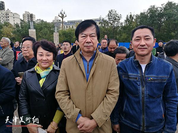 左起:孙瑜、史振岭、王子豪在画展现场。