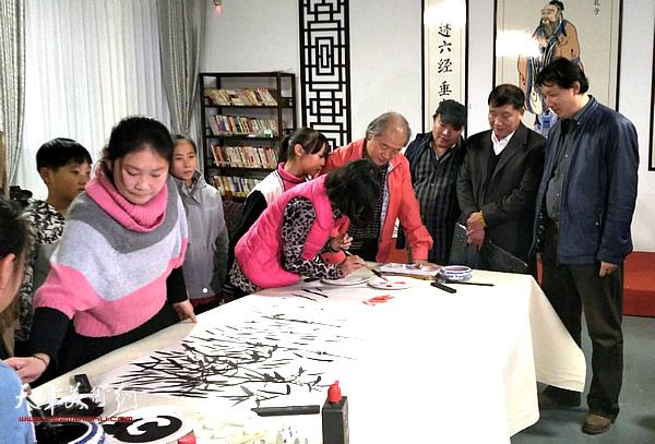 王书平还带领了天津的画家们走进迁安的乡间和农户开展文化下乡美术进万家,将艺术真正送到人民群众中去。