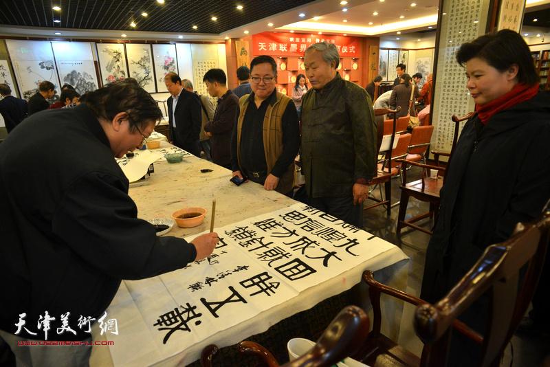 书画家现场挥毫泼墨喜庆十九大胜利召开。图为唐云来、刘红、赵士英、赵清。