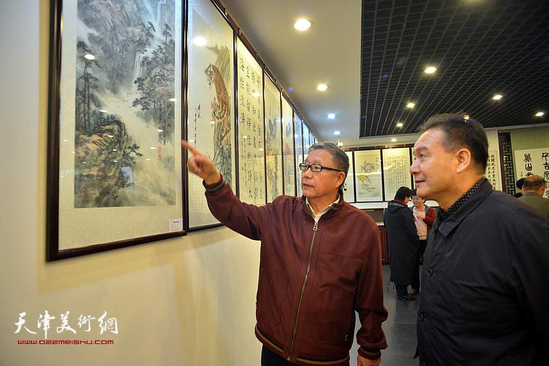 图为杨俊生、王庆普在动员会现场。