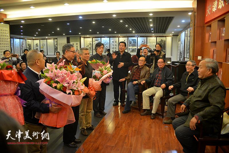 天津联墨界举行收徒拜师仪式,图为唐云来收徒。