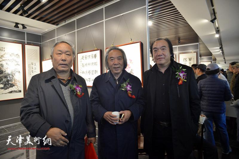 左起:唐云来、霍春阳、李少君在画展现场。