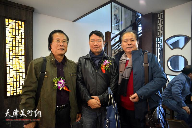 左起:吕宝珠、刘文生、刘士忠在画展现场。