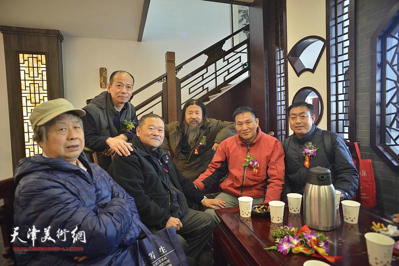 董铁山、安玉恺、刘振江、曹善华、启荣在画展现场。