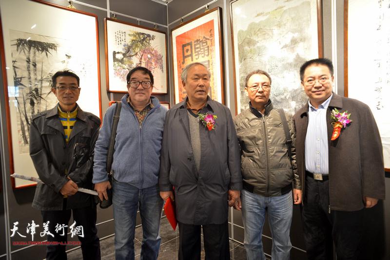 唐云来、王建礼、卢贵友、王维泉在画展现场。
