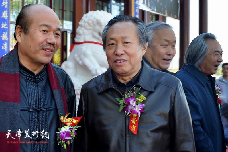 霍春阳、唐云来、刘国胜、孟庆占在画展现场。