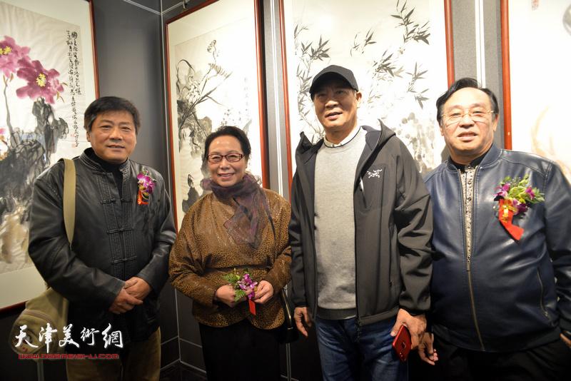 左起:张运河、崔燕萍、马寒松、陈钢在画展现场。