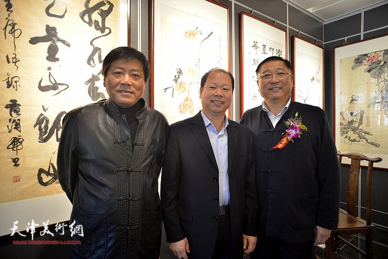 左起:张运河、李锋、王宝忠在画展现场。