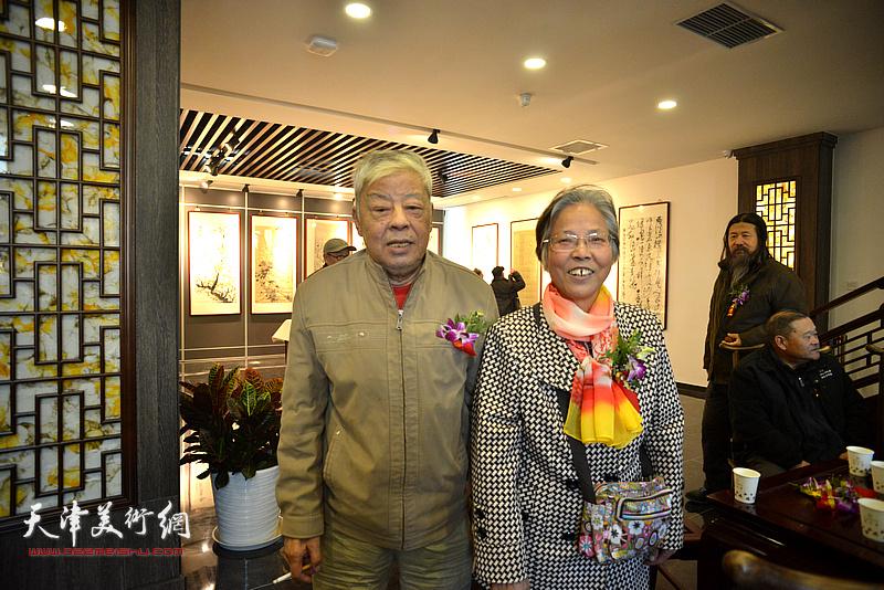 王连仲与夫人在画展现场。