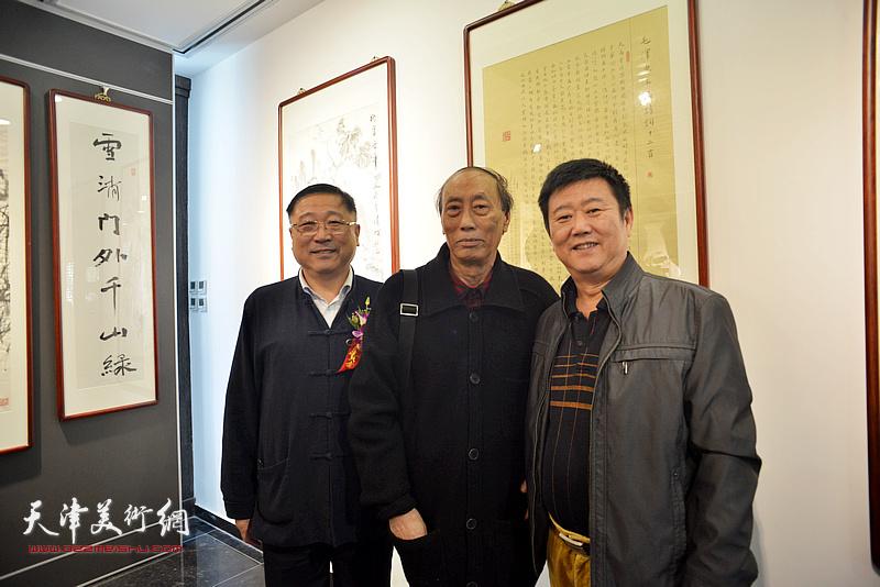 张学强、王宝忠、刘经章在画展现场。