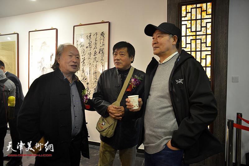 马寒松、张运河、刘家栋在画展现场交流。