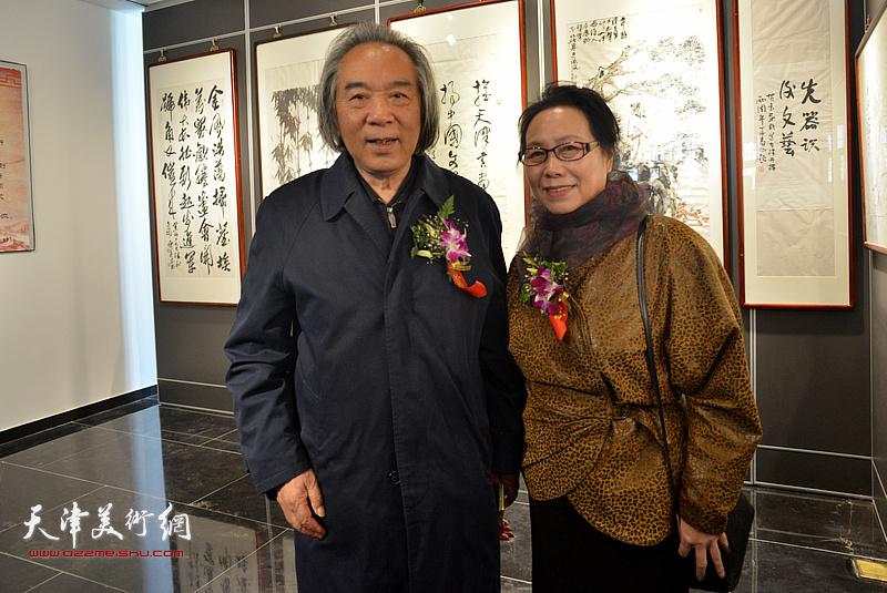 霍春阳、崔燕萍在画展现场。
