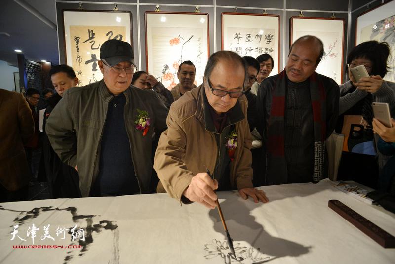 书画家们现场挥毫泼墨,图为贾宝珉、郭书仁、孟庆占。