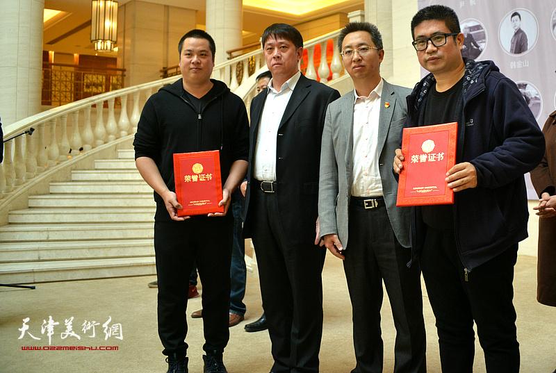 王东宏、刘桓为姜立志、姚丽彬颁发收藏证书