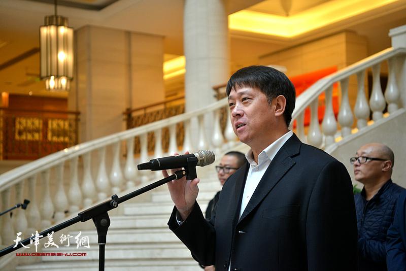 滨海新区宣传部副部长王东宏宣布画展开幕。