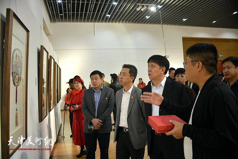 徐志礼向王东宏、刘桓等介绍展出的作品。