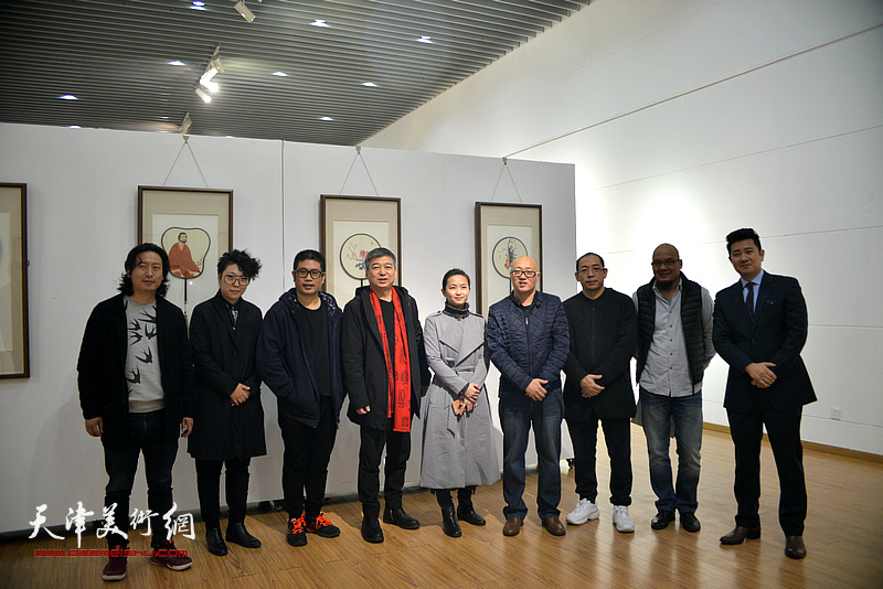 左起:梁健、范馨心、姜立志、汪勇、由腾飞、孙岩、姜志峰、王凤立、朱懿在画展现场。