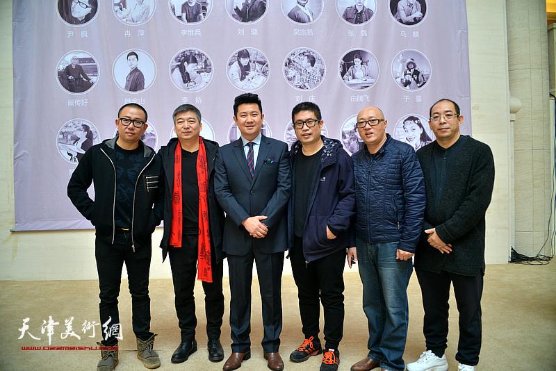 左起:于新蕾、汪勇、朱懿、姜立志、孙岩、姜志峰在画展现场。