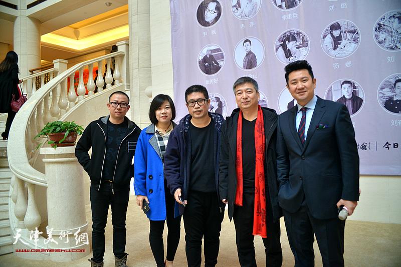 左起:于新蕾、丁晓娟、姜立志、汪勇、朱懿在画展现场。