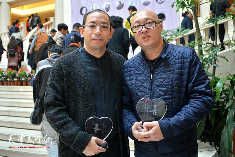 孙岩、姜志峰在画展现场。