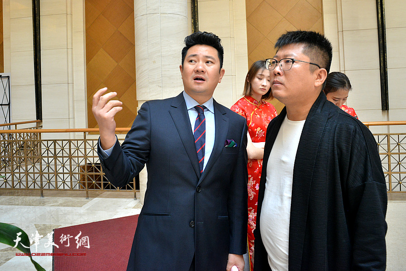 朱懿、徐志礼在画展现场。