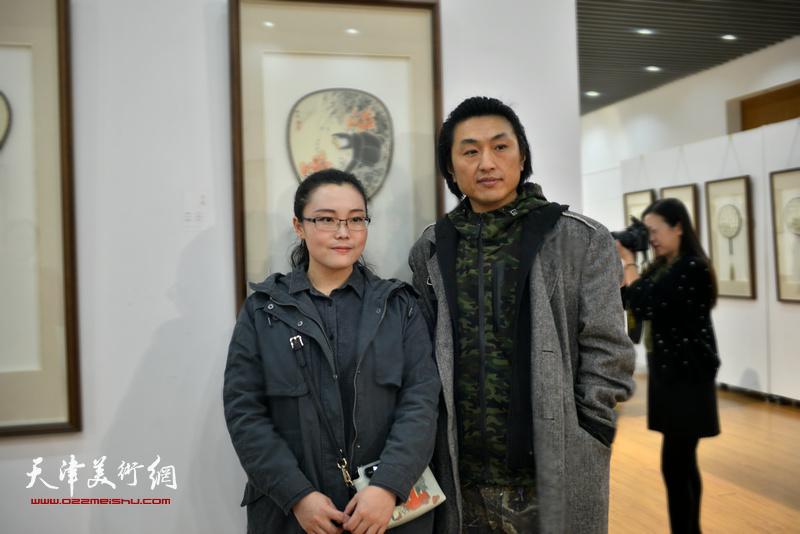 刘璐、魏小清在画展现场。