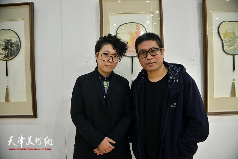 姜立志、范馨心在画展现场。
