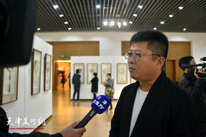策展人徐志礼在现场接受媒体的采访。