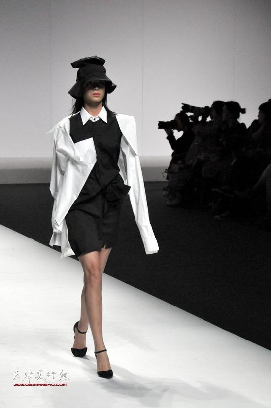 """""""墨-空""""邱佩娜教授作品发布会在北京举行,图为模特现场走秀。"""