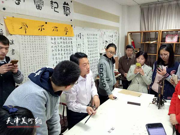 刘俊坡在河北大学向学生们介绍简牍文化。