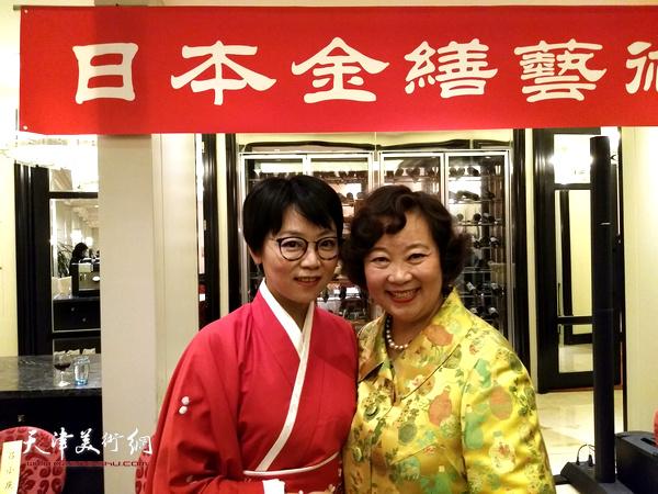 书法家唐曼清与著名演员方青卓在展览现场。