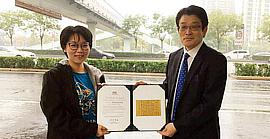 青年女书法家唐曼清人行天桥下的特别雨中颁奖礼