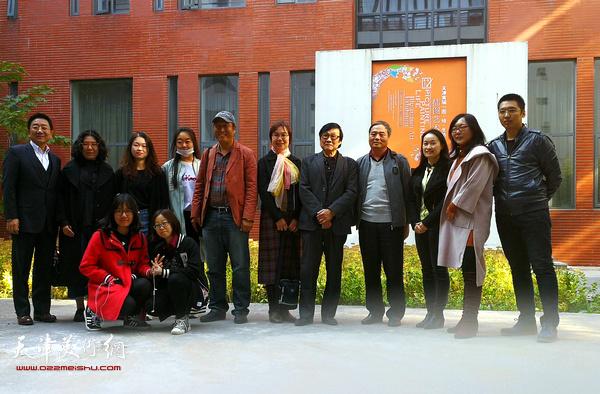 插图·装帧艺委会委员们与参展师生在展览开幕式上